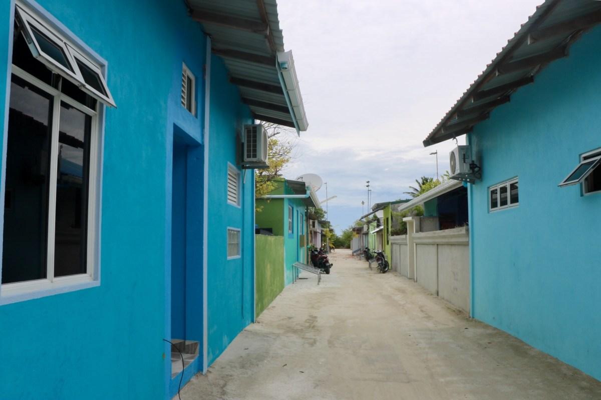 Calle de Dhiffushi. Las mujeres en Maldivas van tapadas de la cabeza a los piés.