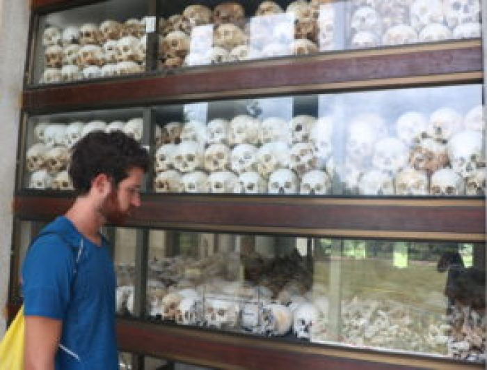 En Choeung Ek hay un monumento conmemorativo con los huesos de las víctimas que se han ido encontrando.