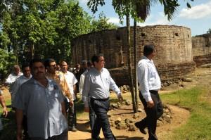 Francisco Javier García, secretario de Turismo, mientras realiza un recorrido por la ruinas de La Vega Vieja