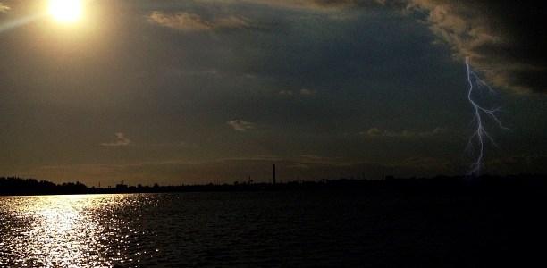 El Malecón de Santo Domingo Nublado con un Relámpago