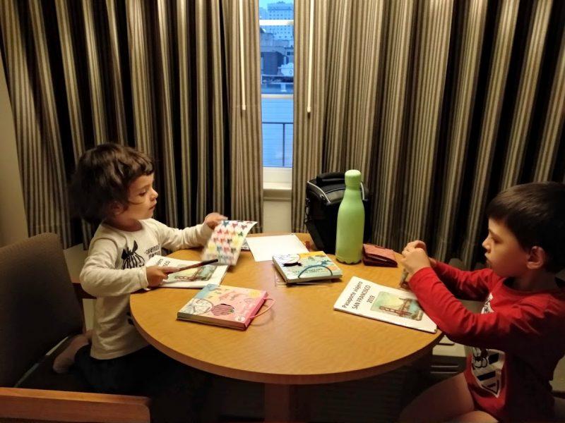 rellenando el pasaporte lúdico en el hotel