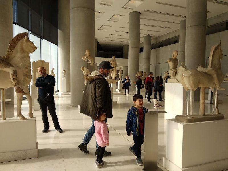 observando diversas figuras en el interior del museo