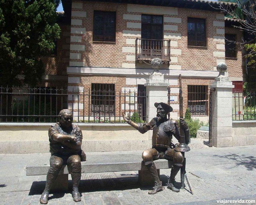 Estatuas de Don Quijote y Sancho Panza frente a la casa museo de Cervantes en Alcalá de Henares