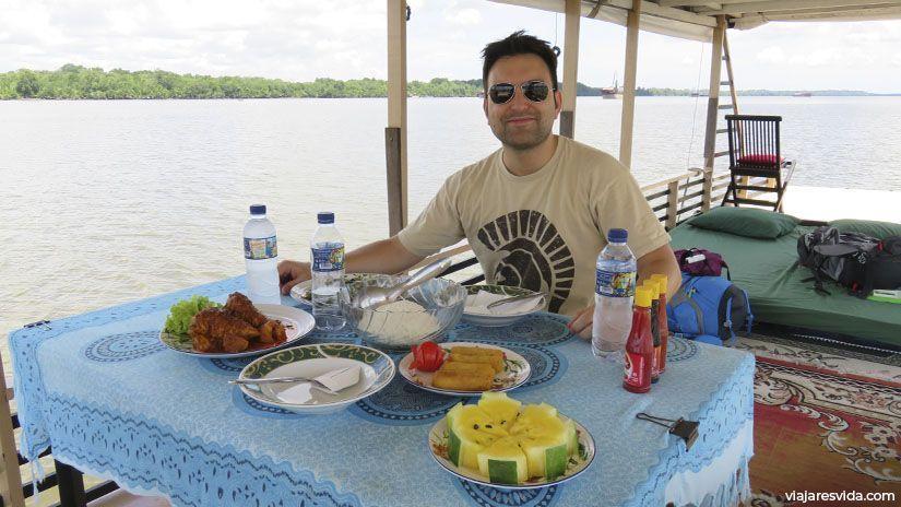 La comida en un klotok es sorprendentemente rica, sana y barata