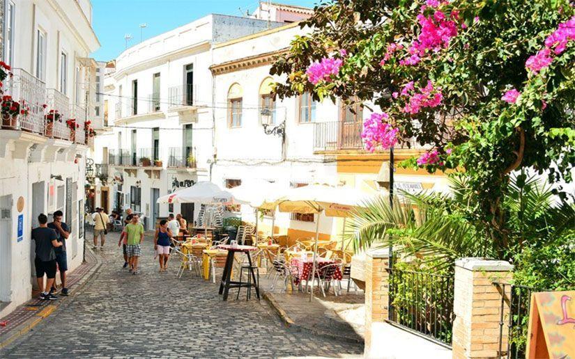 Calle con flores en Tarifa