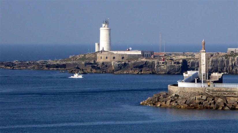 Puerto de Tarifa con la isla de Las Palomas al fondo