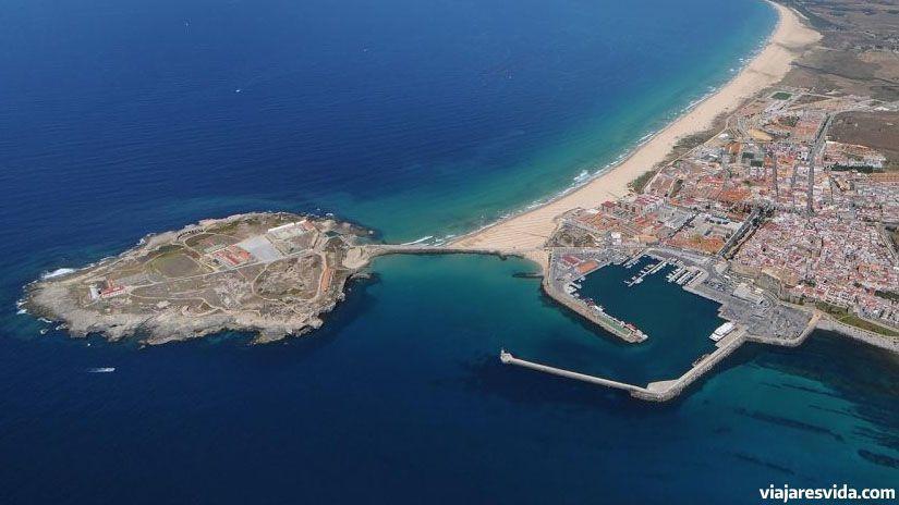 Tarifa desde el aire con la playa de Las Palomas a la izquierda