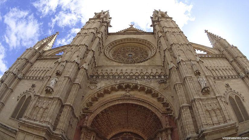 Fachada de la Catedral de Palma de Mallorca. Lugar imprescindible que ver en la isla