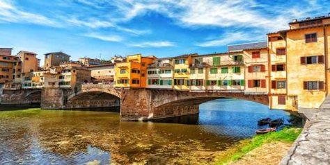 Ponte Vecchio, puente medieval sobre el río Arno en Florencia
