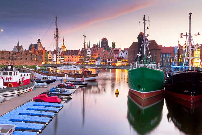 poland-gdansk-harbor-at-motlawa-river-with-old-town
