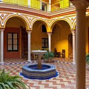 Cinco motivos y cinco alojamientos únicos para visitar Sevilla