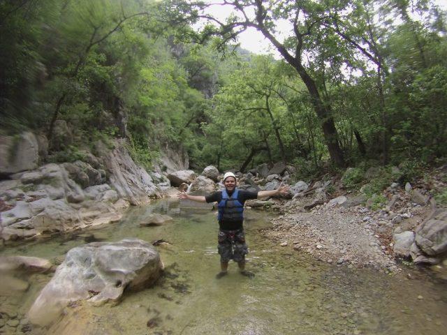 Chad admirando la naturaleza a brazos abiertos