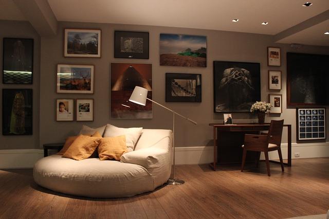cómodo sofá en una sala