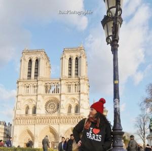 Mujer con suéter de i love paris en notre dame