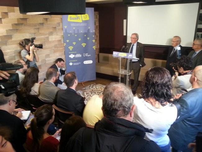 El alcalde de Barcelona inaugura el servicio GuaiFi