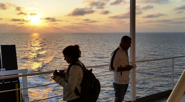 Pasajeros, fotógrafos y paseantes en cubierta del ADRIATICO