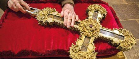 Lignum Crucis en su relicario en forma de cruz