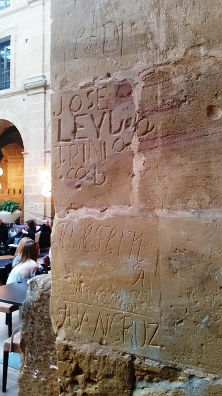 Inscripciones en columnas de Los Agustinos