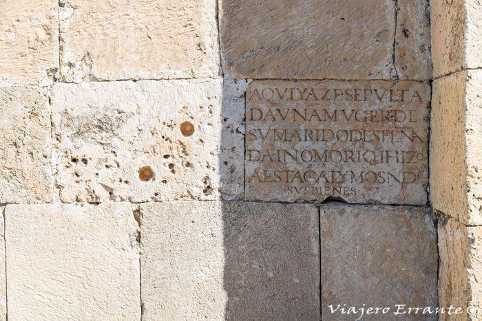 Inscripción en un muro de la ermita.