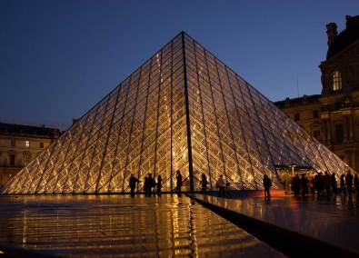Pirámide del Museo del Louvre