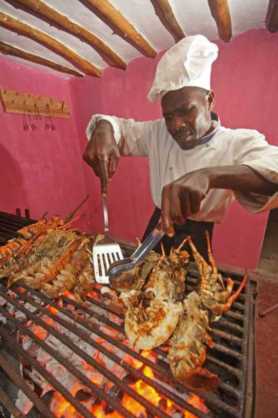 Viajes_Inusuales_Zanzibar_Rock_Restaurant_Cocinando