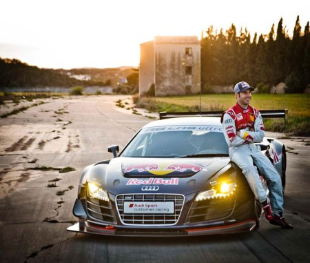 El pilioto Miguel Molina con su Audi R8 durante el rodaje de un spot de publicidad en el autódromo de Terramar