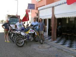 Con las motos descargadas en el Hotel Mijak