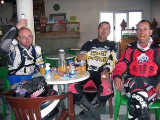 Último desayuno en Marruecos antes de salir hacía Mauritania. Miguel, Adán y Moncho