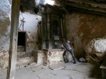 Yo, reclinado en el altar mientras me informo sobre la iglesia