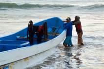 Los pescadores recogiendo sus barcas al atardecer
