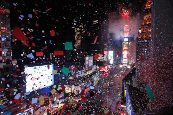 Confetis llenos de deseos en Times Square