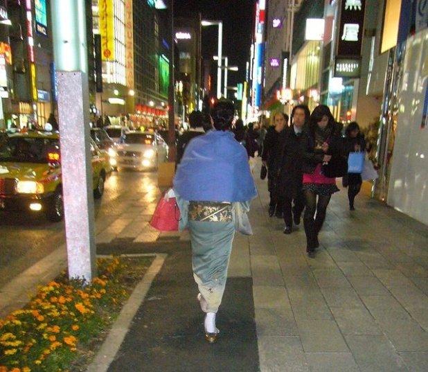 Gheisa paseando por Ginza