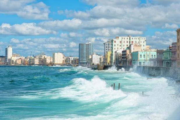 Oleaje en Malecón con el skyline de La Habana de fondo
