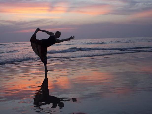 Hacer yoga en Pune (India)