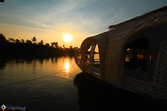 Fim de tarde nos Backwaters do Kerala num  Boat House