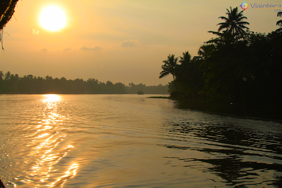 Navegando ao entardecer pelos Backwaters do Kerala