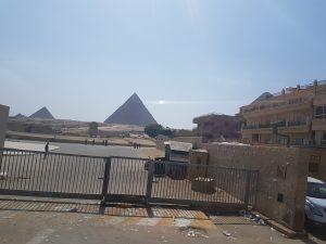 Piramidele din Giza vazute din mahala