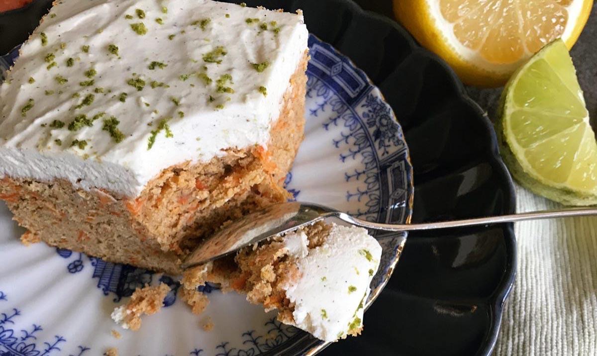 Morotskaka paleo-style med syrlig limefrosting