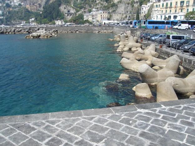 A água do mar de Amalfi é clarinha. Foto: Marcelle Ribeiro