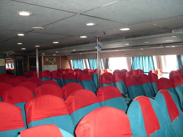 Interior do ferry boat da Caremar. Foto: Marcelle Ribeiro