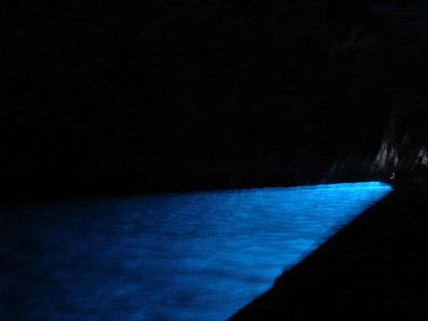 A foto está tremida, mas este é o azul da água na Gruta Azul. Foto: Marcelle Ribeiro