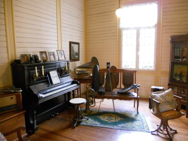 Móveis e instrumentos antigos do Castelinho Caracol. Foto: Marcelle Ribeiro