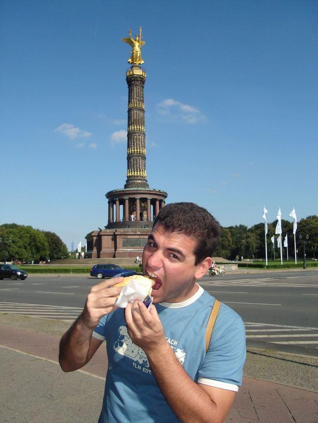 Sanduba de pão com linguiça em Berlim