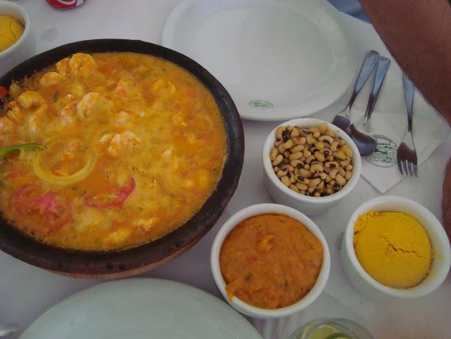 Moqueca de camarão, pirão, feijão e farofa do Ki-Mukeka. Foto: Marcelle Ribeiro