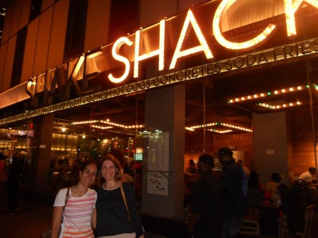 Eu e minha amiga Cinthia no Skake Shack do Theather District, em NY.