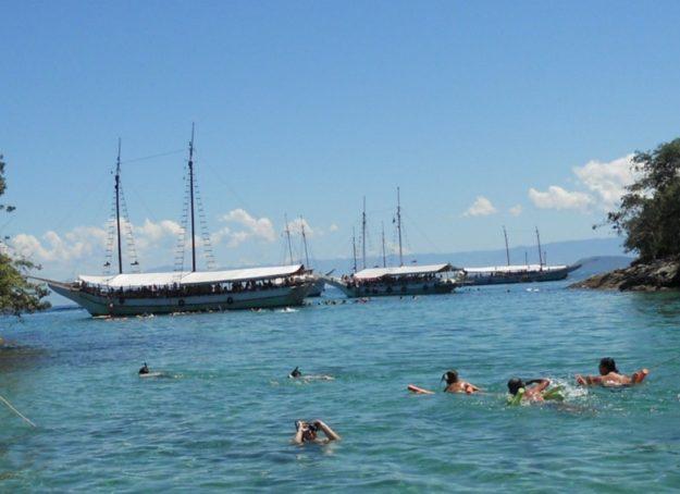 passeios de barco em ilha grande escunas