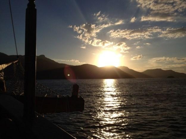 passeios de barco em ilha grande por do sol