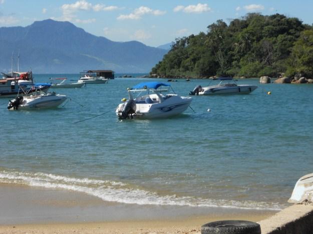 Praia da Vila de Abraão, em Ilha Grande. Foto: Marcelle Ribeiro