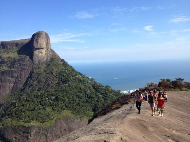 Do alto da Pedra Bonita, visitantes apreciam a Pedra da Gávea (ao fundo). Foto: Marcelle Ribeiro
