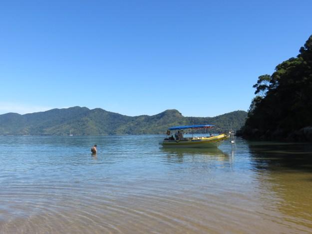 Lancha que nos levou ao Saco do Mamanguá, em Paraty. Foto: Marcelle Ribeiro